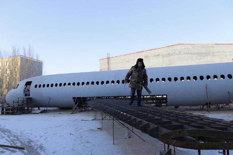 Zhu Yue bên công trình làm máy bay của mình